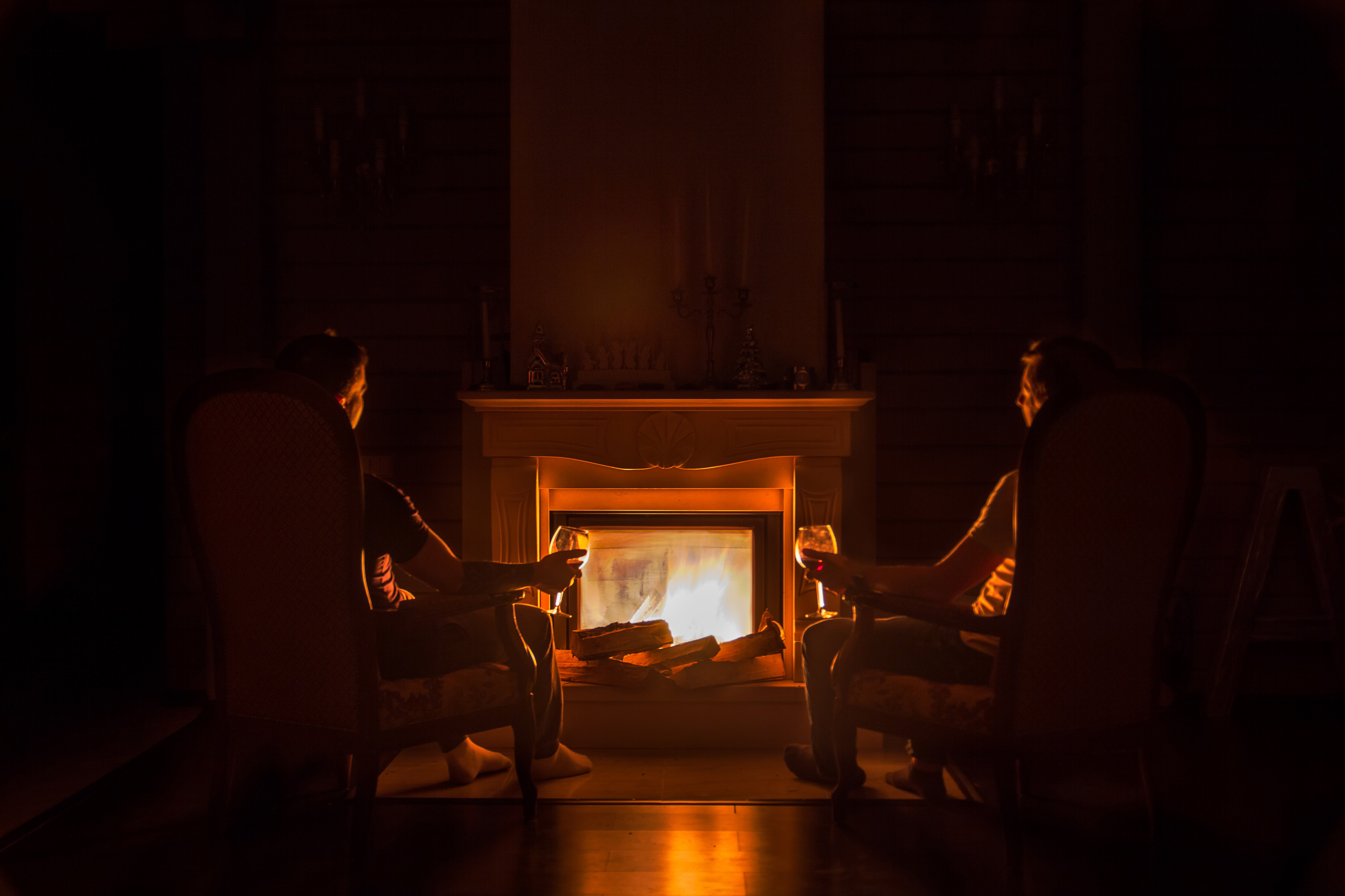 Oheň z jaskýň až do našich domácností. Prečo nám krby robia tak dobre?