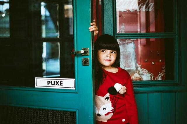 Dieťa vychádzajúce zo sklenených dverí.jpg