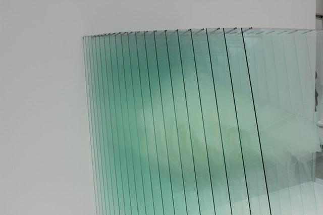 Tabule skla naukladané vedľa seba.jpg