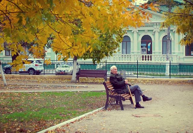 dôchodca prechádzka jeseň.jpg