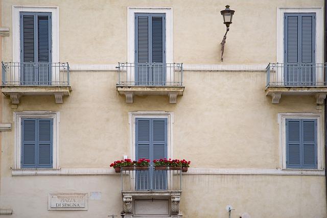 Budova so šiestimi balkónmi.jpg