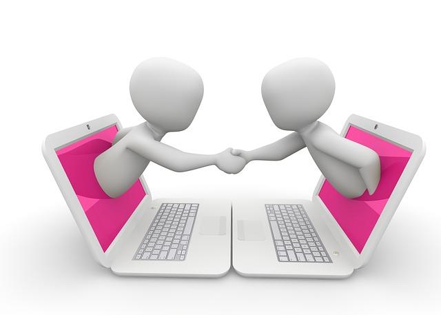 Dve biele postavičky vystupujúce z ružového monitoru s podávajú ruku