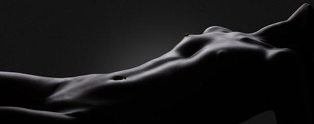 Čiernobiela fotografia nahej ženy