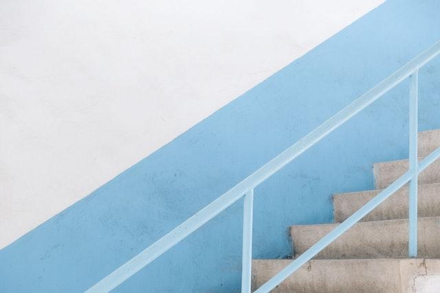 Schody, modro-biela stena