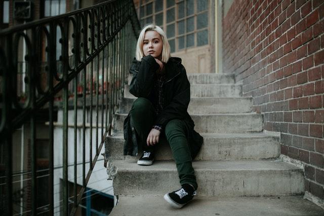 Žena sediaca na schodoch, modelka