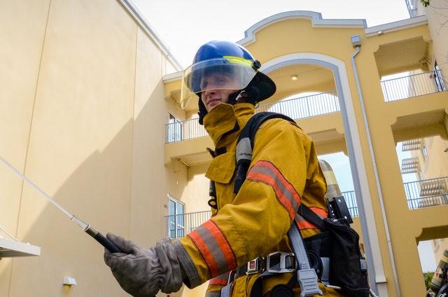 hasič pri zásahu